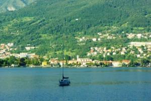 La chiesa sul lago (con barca)
