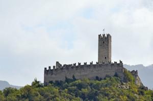 Castel Drena, appollaiato sul suo colle