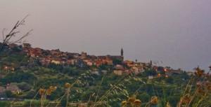 Tra fronde e steli d'erba, le ultime luci su Sant'Alfio