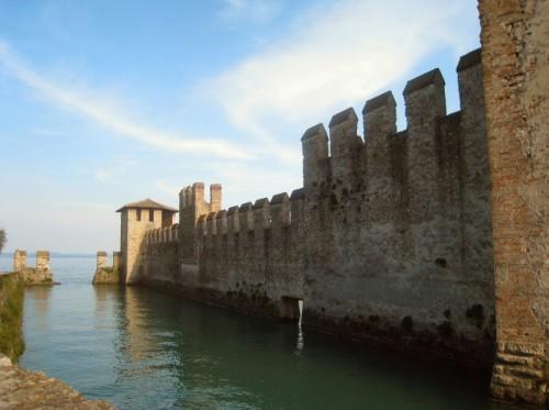Sirmione - le mura fuori dal castello