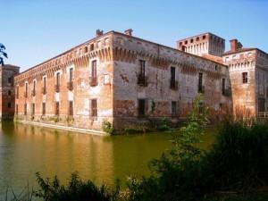 il castello di padernello con fossato