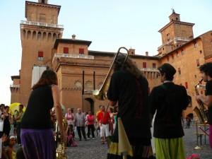 Il castello di Ferrara durante il festival dei Buskers