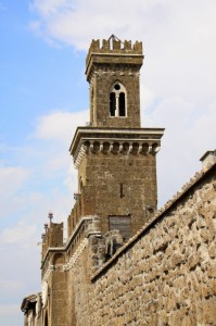 Mura e torre sulla porta di ingresso del borgo antico