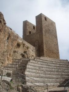 Torre antica e anfiteatro moderno