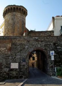 Una porta del borgo con torre