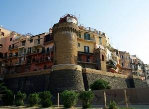 La torre attorniata dalle case