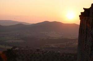 tramonto sulla campagna e sulle colline visto dalle mura medievali di Capalbio