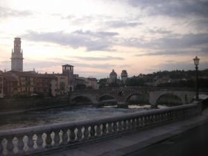 Veduta del Ponte di Pietra sull'Adige