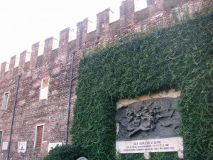 Mura di Via Pallone con Monumento agli Alpini