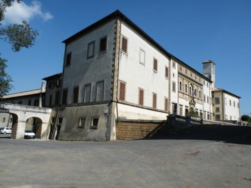 Oriolo Romano - Veduta larga di palazzo Altieri