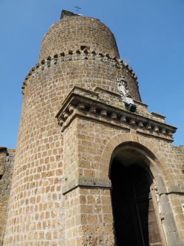 Barbarano Romano - Torre con porta al borgo
