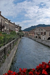 affacciarsi sul fiume che scorre a Vittorio Veneto