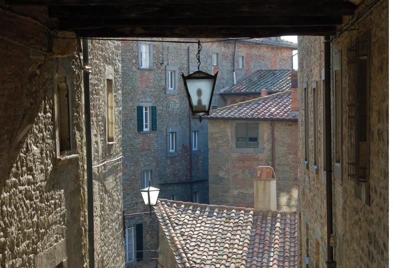 ''vista di tetti rossi tra i vicoli di cortona'' - Cortona