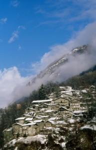 Il caratteristico paese di Scilironi sotto la neve