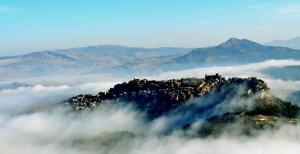 Calascibetta, la nebbia agli irti colli……