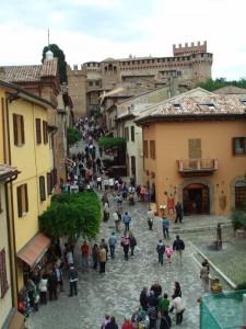 Strada principale di Gradara con veduta sul castello