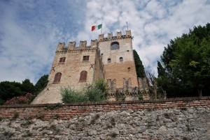 sventola la bandiera italiana sul castello