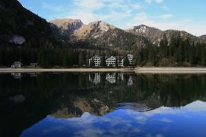 L'incantevole scenario naturale del lago di Braies