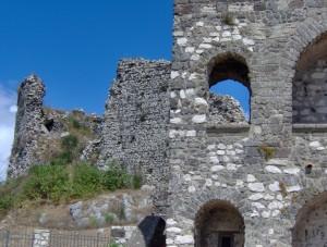 Il castello visto dagli archi della piccola chiesetta sul monte della Misericordia.