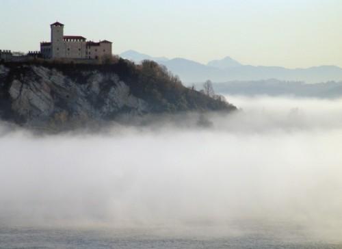 Angera - Il castello delle nebbie, Angera, Lombardia