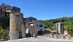 l'Antica e Sempre Attuale Porta d'Ingresso a Tarano e le Torri di Fortificazione  - RI