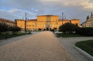 La piazza e il palazzo Bentivoglio