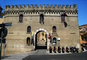 Una delle tre porte di accesso al borgo