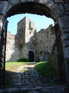 L'entrata al castello di Breno