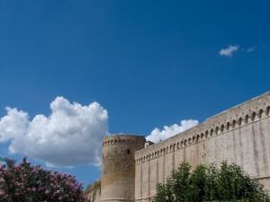 Le Bellissime Mura di Magliano tra Nuvole e Oleandri