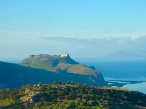 I laghetti di Marinello , il promontorio di Tindari, e sullo sfondo le isole Eolie