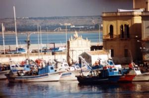 Gallipoli: Porto dei pescherecci con Fontana Greca e Chiesetta di Santa Cristina.