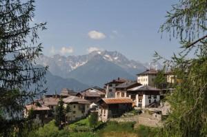 Un paesino tra i verdi prati delle montagne