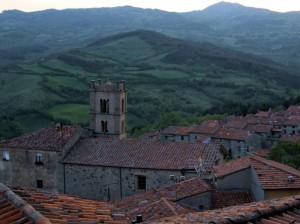 Santa Fiora… in lontananza il Monte Labbro