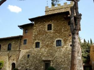 """Castello """"Il Palagio"""" dall'albero di pesco"""