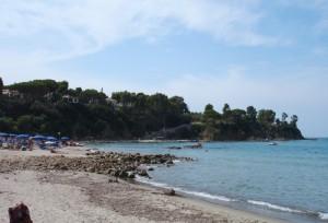 sulla spiaggia guardando a sinistra
