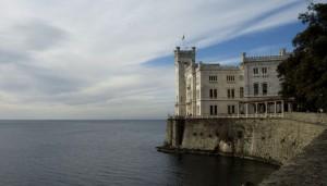 Castello di Miramare dal viale