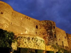 Castello di Vibo Valentia di sera veduta frontale