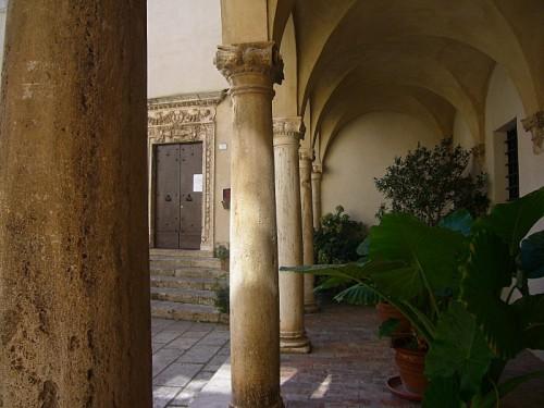 Pitigliano - colonnato del cortile
