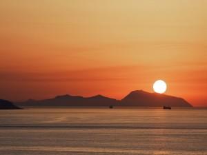 Veduta delle isole eolie dalla calabria al tramonto