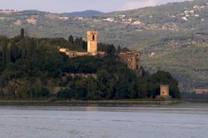 Castello dell'isola maggiore, sul lago Trasimeno visto dall'acqua