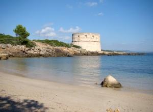 Torre del Lazzareto con spiaggia adiacente