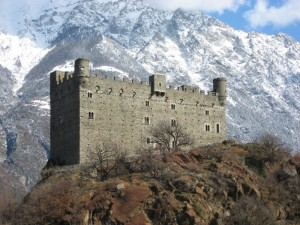 Maestoso tra le Alpi il castello di Ussel