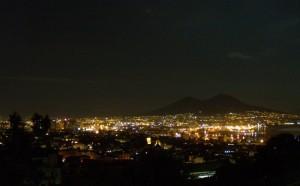 Il Vesuvio, sornione, veglia sulla città assopita