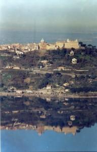 Castel Gandolfo si specchia nel suo lago