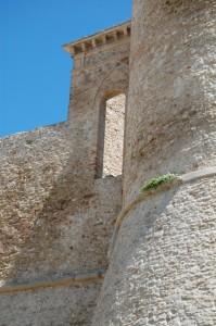 Il Castello Aragonese e la finestra sul porto