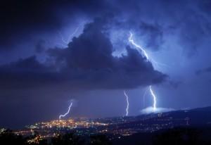 Un fulmine colpisce la lanterna di Genova!