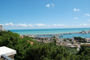Panoramica del porto di Ortona con il faro