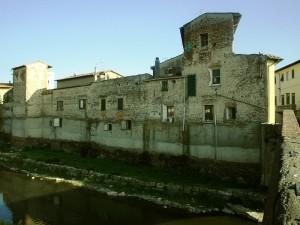 Campi, un tratto delle mura lungo il Bisenzio