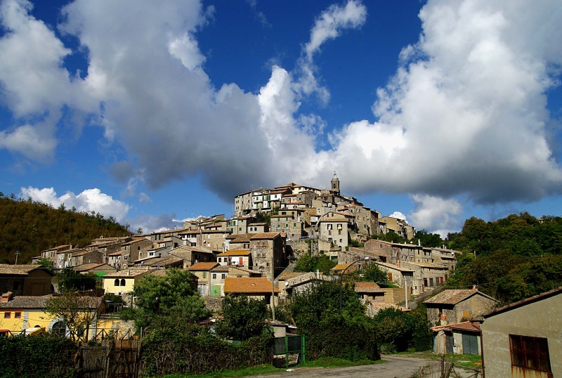 ''Bellissimo contrasto tra nubi e paese'' - Latera