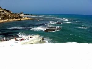 Scala dei turchi biancheggia sul mare